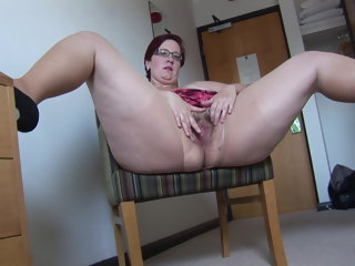 amateur Busy Mature BBW in mini skirt rips her pantyhose and spreads mature